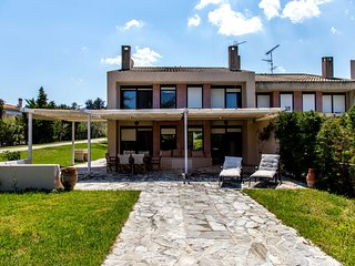 Villa Sueno - 5 Bdrms, 100m to the Beach, Big Gardens, BBQ