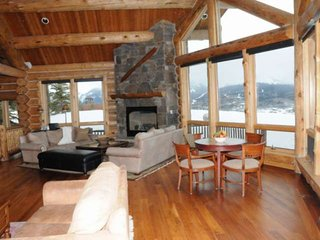 3.8 acres, Kids Room w/Rock Climbing Wall, Breathtaking Views, 3 King Beds, Perf