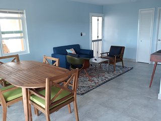 Bogie's Villa, Cow Rock, 2/2 with shared pool, private deck, sleeps 4