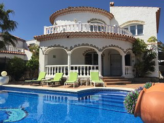 LARGE VILLA, PRIVATE POOL & HOT TUB IN MIAMI PLAYA
