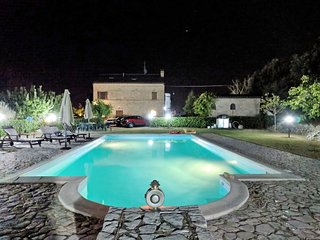 2 bedroom Villa with Pool, WiFi and Walk to Shops - 5791184