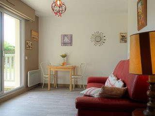 1 bedroom Apartment with WiFi and Walk to Beach & Shops - 5082124