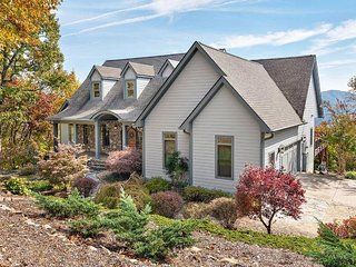 Blue Summit: UPSCALE luxury, views, hot tub and more! Close to Black Mountain &