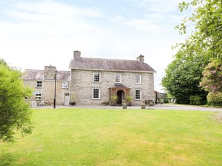 DOLAU FARMHOUSE, large and luxurious, separate annex, WiFi, games room, near