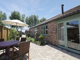 STABLES COTTAGE, Adults only property, wood burner, hot tub, beautiful gardens