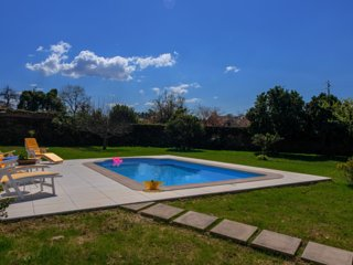 Traditional house, private pool and garden, 9km to the beach
