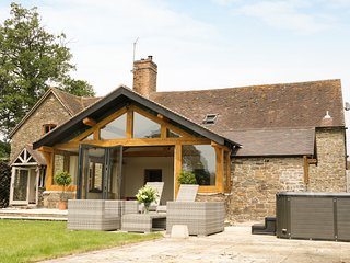 THE OLD FARMHOUSE, en-suite bedroom, hot tub in garden, traditional features