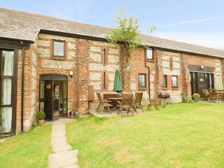ROSE COTTAGE, spacious, bright, beautiful, WiFi, woodburner, shared games room