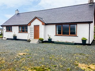 SCRIDAIN VIEW, woodburner, en-suite, patio, Ardtun, Ref 957364