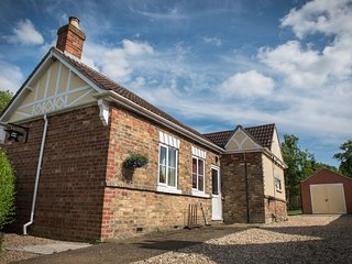 ANVIL COTTAGE, character features, enclosed garden, good walking, near Louth