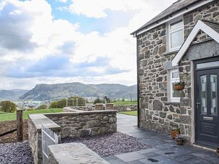PEN Y BRYN COTTAGE, sleeps six, woodburner stove, king-size, near Llanrwst, Ref