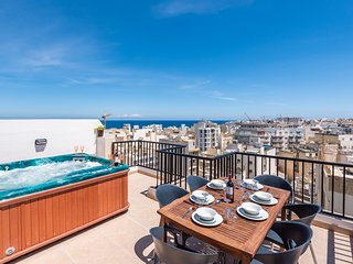 GetawaysMalta - SeaShells Superior Penthouse - 2 Terraces, hot tub and Sea Views
