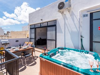 Summer Breeze Penthouse with Hot Tub