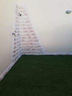 Ducha privada revestida en piedra en parcela  del apartamento