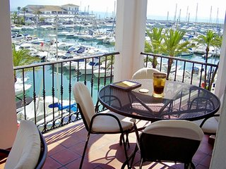 LUXURY 2 BEDROOM APARTMENT OVERLOOKING THE MARINA IN PUERTO DE LA DUQUESA