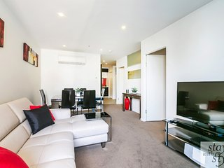 Melbourne Star - central city location - sleeps 5