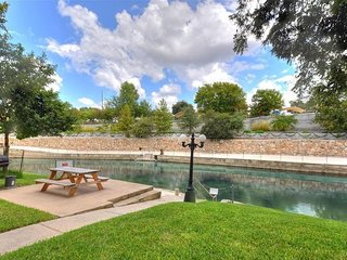 Comal Haus! SLEEPS 6- On the Comal River!!!