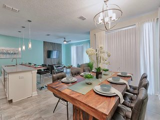 NEW! SPECIAL OFFER - Luxury Townhouse by the Lake - Near Disney and Outlets