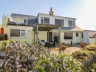 COASTMANS NEST, two-storey detached house, sea views, in Mawgan Porth