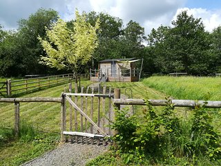 THE CABIN, studio accommodation, amazing views, running river, firepit, in