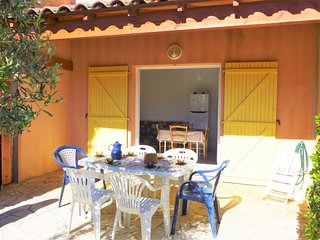 2 bedroom Villa with WiFi and Walk to Beach & Shops - 5700097