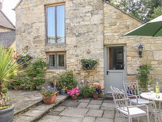 THE OLD CIDER HOUSE, stone-built, WiFi, en-suite, Ref 948400