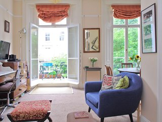 Quaint Balcony, French Doors on Tranquil St Notting Hill