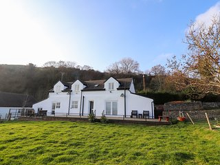 YSGUBOR WEN, enclosed garden, off-road parking, Abergele