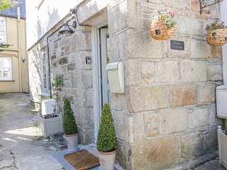 POCKET COTTAGE, exposed beams, pet-friendly, St. Columb Major