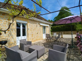 NEWLY RENOVATED STONE HOUSE+GARDEN+PARKING+WIFI  WALKING DISTANCE SARLAT CENTER
