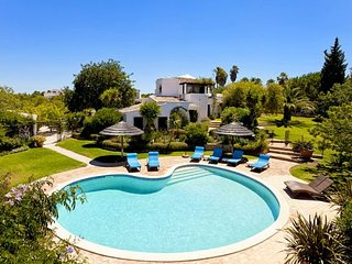 4 bedroom Villa with Pool, Air Con, WiFi and Walk to Shops - 5239031