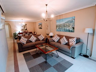 PUERTO BANUS | LA MAESTRANZA | FREE WI FI | UK TV | POOL | GOLF | BEACH |