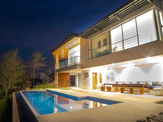 Luxury Villa, Stunning Views, Full Services