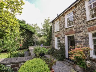 SPINNERS COTTAGE, end-terrace cottage, shared garden, woodburner, WiFi, nr