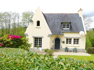 Large House & Tranquil Garden, Carhaix - shops, walks, cycling, chateaux gardens