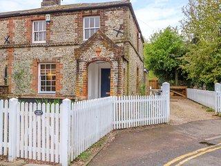 3 STATION COTTAGES, Jacuzzi bath, Enclosed garden, Open-plan living, Wymondham