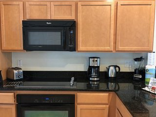 SPACIOUS 3BR/2BA TOWNHOUSE WITH PRIVATE HOT TUB. POOL, CLOSE TO PARKS