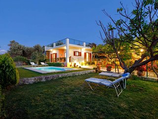 Secluded villa with private pool, 10 min from the city center! Stunning view!