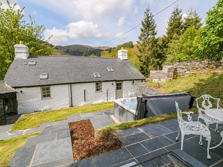PEN Y CWM, dog-friendly, hot tub, near Corris