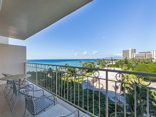Comfy Ocean View Retreat w/ Kitchen, Washer/Dryer, Free WiFi–Waikiki Shore #816