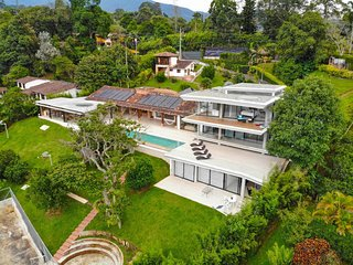 SUPERLUXE Villa Grande w/ Pool & Jacuzzi by NOMAD GURU