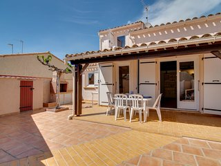 2 bedroom Villa with WiFi and Walk to Beach & Shops - 5791819