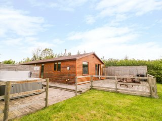 LOG CABIN AT FURLONGS FARM, hot tub, en-suite, Ripple