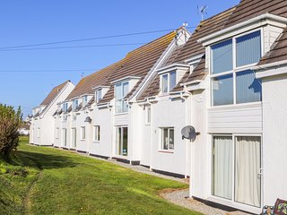 ISALLT COVE, open-plan layout, pet-friendly, nearby beach, in Trearddur Bay