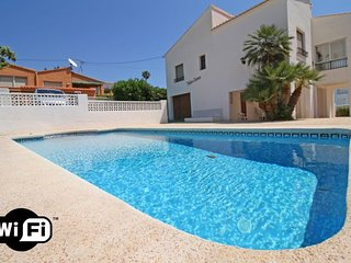 3 bedroom Villa with Air Con, WiFi and Walk to Beach & Shops - 5792033