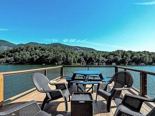Upscale lakefront home, boat dock, kayaks, firepit. Convenient location