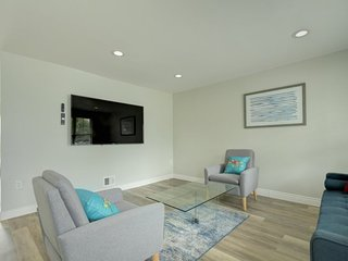 Modern renovated Sterling townhome close to Dulles Airport, deck with patio furn
