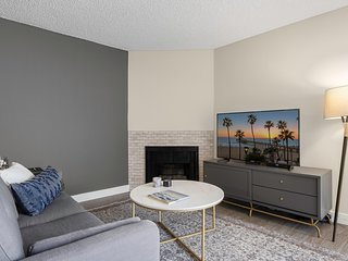 Large 2BR in Central Hollywood, w/ Pool, by Bluegorund