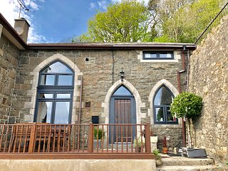 THE OLD SCHOOL HOUSE, family friendly, character holiday cottage, with a garden