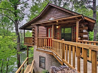 Riverfront Cabin w/Fire Pit - 5 Mi to Pigeon Forge